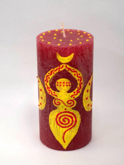 Gelbe Göttin auf roter Kerze