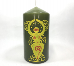 Gelbe Göttin auf grüner Kerze