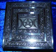 Silberfarbener Tischaltar mit Pentagramm und Monden